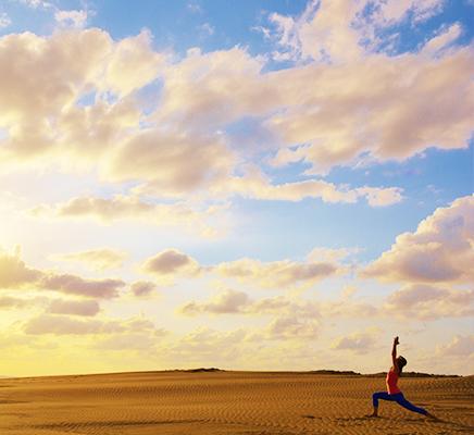 ここは日本!?鳥取砂丘で体験する砂丘ヨガ®の魅力